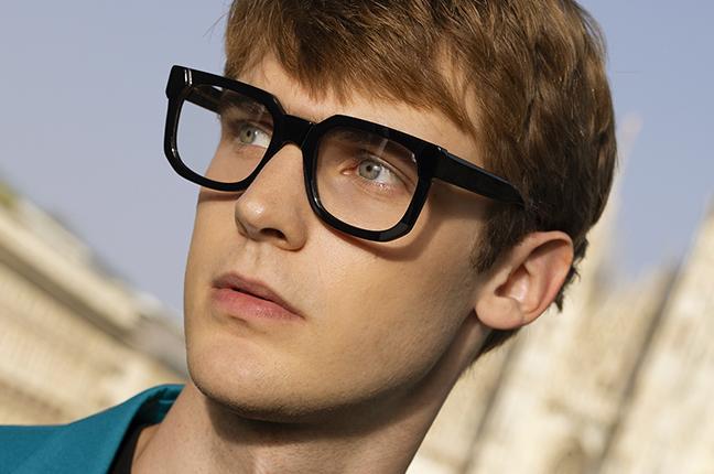 """Un ragazzo indossa il modello """"THOMAS"""" degli occhiali da vista JPlus, nella variante colore """"Nero"""""""
