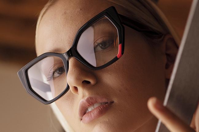 """Una ragazza indossa il modello """"TESSA"""" degli occhiali da vista JPlus, nella variante colore """"Nero"""""""