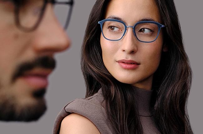 """Una ragazza indossa occhiali da vista Modo, appartenenti alla collezione """"PAPER-THIN"""""""