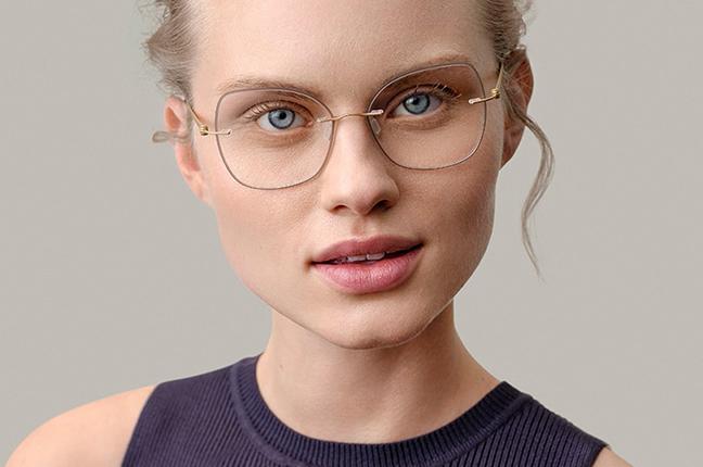 """Una ragazza indossa occhiali da vista Modo, appartenenti alla collezione """"PAPER-THIN RIMLESS"""""""