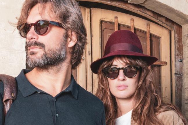 Un uomo e una ragazza indossano occhiali da sole Ross and Brown