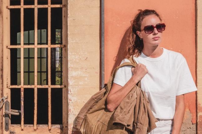 Una ragazza indossa occhiali da sole Ross and Brown