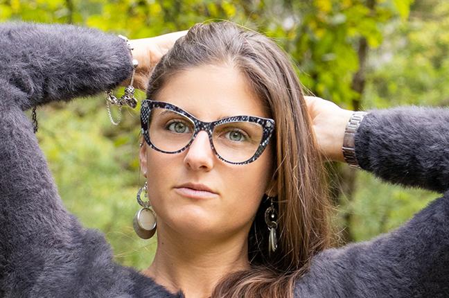 Una ragazza indossa gli occhiali O-Six Custom