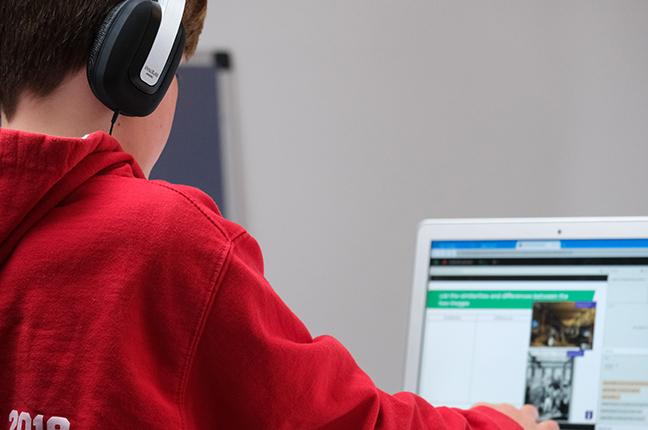 """Un bambino sta seguendo le lezioni sul computer; la """"DAD"""" (didattica a distanza) costringe gli alunni a guardare lo schermo per un periodo prolungato di tempo"""