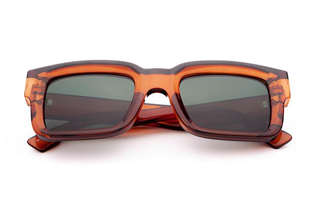 """Il modello """"BURDÉL"""" degli occhiali da sole Saraghina, nella versione """"COGNAC CRISTALLO"""""""