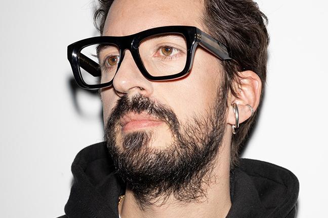 """Un ragazzo indossa il modello """"SBURON"""" degli occhiali da vista Saraghina, nella versione """"NERO VERNICIATO"""""""