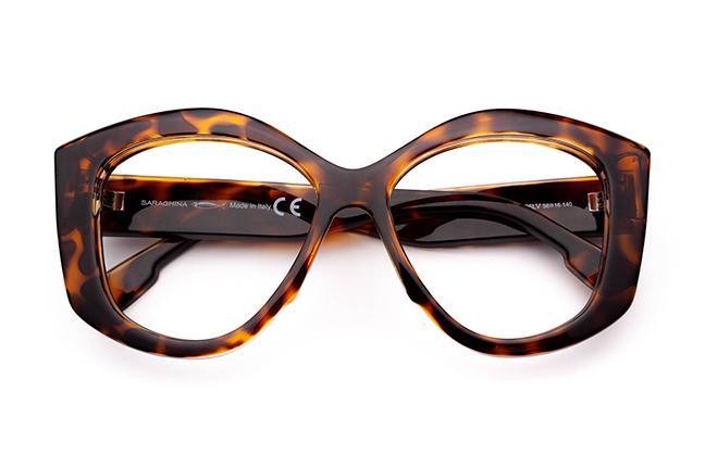 """Il modello """"MINA"""" degli occhiali da vista Saraghina, nella versione """"HAVANA LUCIDO"""""""