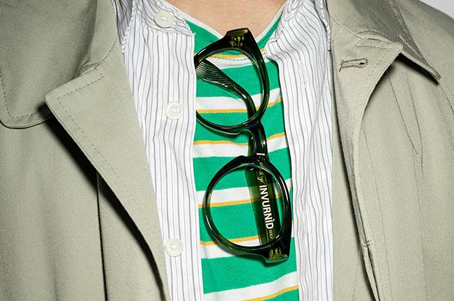 """Un ragazzo indossa il modello """"INVURNÌD"""" degli occhiali da vista Saraghina, nella versione """"VERDE BOTTIGLIA CRISTALLO"""""""